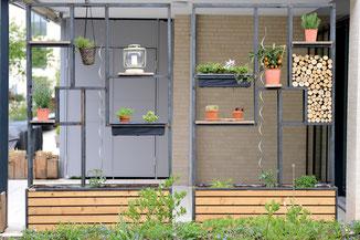 zwei Gestelle aus Stahl mit Pflanzen verziert