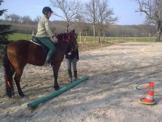 Nun Ringwerfen auf dem Pferd