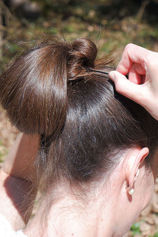 mit Haarnadeln fixieren