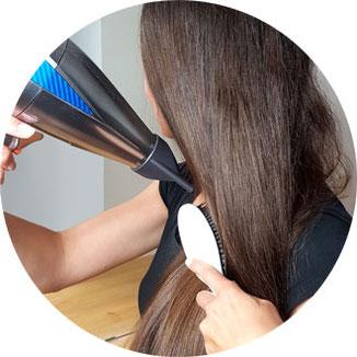 Haare glätten mit einem Föhn und Paddle-Brush