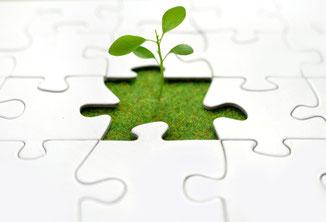 Mann, Frau, Kind, greifen sich an die Stirn, Chaos im Kopf, Beratung hilft