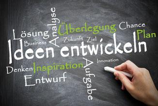 Tafel mit den Begriffen: Lösung, Analyse, Inspiration, Idee, Chance, Plan,...