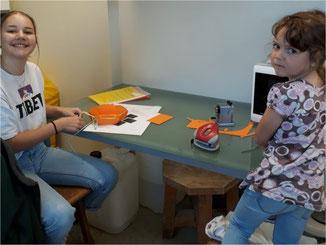 Sekundarschülerin Michaela unterstützt beim Homeschooling.