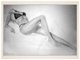 inna-bredereck-auftragsmalerei-kohlezeichnung-erotik-aktzeichnung-aktmalerei-kunstwerk-beh-strecken-frau-posen-slip