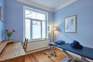 Behandlungsraum, Osteopathie, Hamburg, Blau, Facharzt, Anamnese, Therapeut, Untersuchung