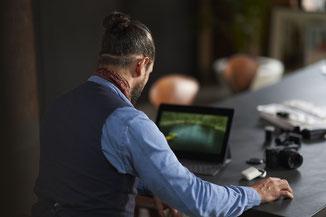 """Conectividad de alta calidad a los smartphones o a cualquier dispositivo del usuario"""" para poder recibir directamente a tus audífonos llamadas, música y TV a través de Bluetooth."""