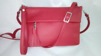 petit sac besace en cuir rouge fait-main avec un pompon et une bandoulière