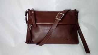 sac besace en cuir marron fait-main sur mesure avec un pompon et une bandoulière