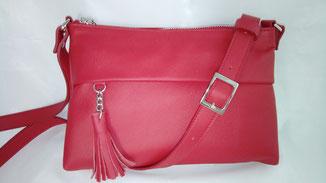 sac besace en cuir rouge avec un pompon et une bandoulière fait-main sur mesure