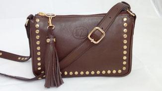 petit sac besace clouté à bandoulière en cuir marron fait-main sur mesure par un artisan maroquinier