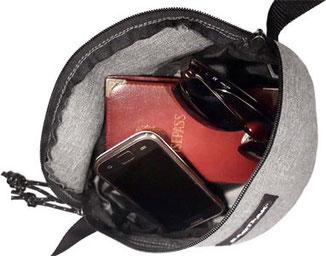 Bauchtasche Eastpak Springer gefüllt mit Smartphone, Reisepass und Soennenbrill