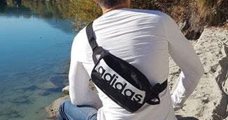 Bauchtasche Adidas quer über den Oberkörper getragen