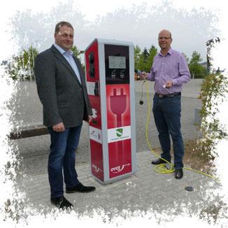 Ladesäule in Wartenberg vor dem Oval · Thorsten Hankel (links) und Dr. Olaf Dahlmann · Foto→ Pressestelle Gemeinde
