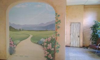Phebe-Rustgevende-Muurschilderingen-Mediterrane-poort-met-berglandschap-en-bloemen