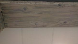 Geschilderde-hout-imitatie-balk-op-plaatwerk