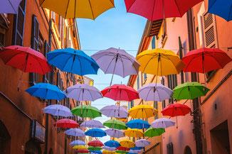 Auf diesem Foto sehen Sie viele bunte Regenschirme. Wie Regenschirme begleitet Sie Psychotherapie individuell durch regnerisch traurige, schwierige Zeiten und bietet Ihnen den  Schutz den sie brauchen.