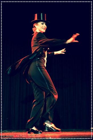 Stepptänzerin Dixie Dynamite aka Silvia Plankl aus München, Stepptanz, Steptanzshow, tap dance show, steppen lernen, Unterricht, Bühne Show Tänzerin Showtanz