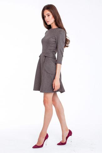 Graues Kleid mit Ärmeln und Wickelrock