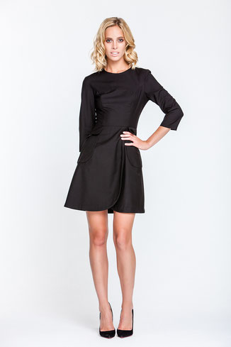 Schwarzes Kleid mit Ärmeln und Wickelrock