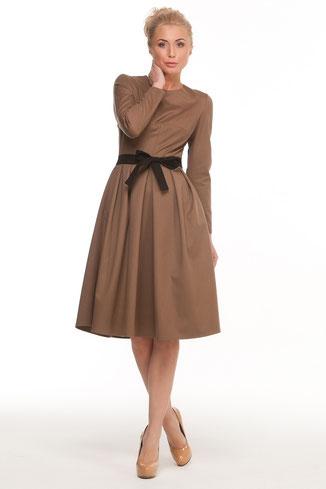 Talliertes Kleid mit langen Ärmeln und ausgestelltem Rockteil, Länge über die Knie, Farbe camel