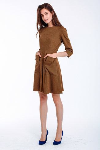 Leicht tailliertes Kleid mit Ärmeln und ausgestelltem Rockteil, knielang, Farbe senf