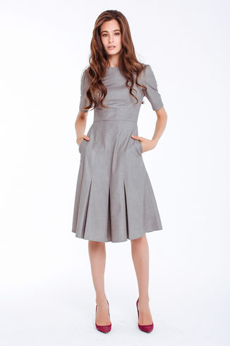 Graues Kleid mit kurzen Ärmeln und ausgestelltem Rockteil, Länge über die Knie