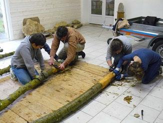 Atelier d'écorçage d'un poteau au silex