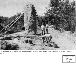 1992 - relevage d'un des deux menhirs - Ouest France