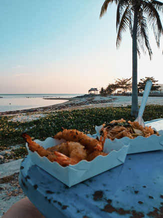 Pad Thai und Shrimps am Strand in Thailand