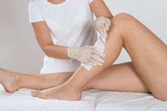 Haarentfernung an Beinen mit Wachsstreifen