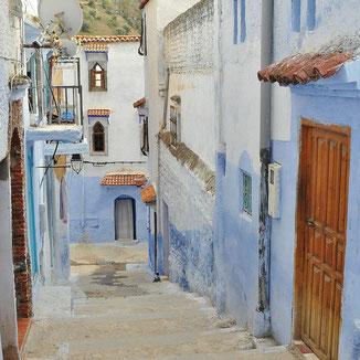 Gasse mit blauen Hauswänden in Marokko
