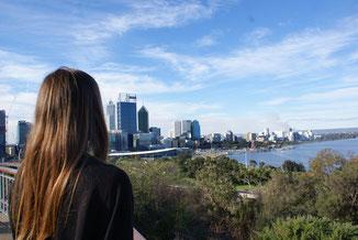 Frau schaut auf Sydney