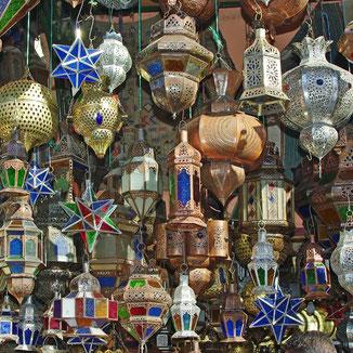 Bunte Lampen - Erlebe Deinen exklusiven Urlaub in Marokko | Die Reiserei, Dein Reisebüro in Berlin & Brandenburg