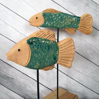 getöpferte Fische auf Ständer