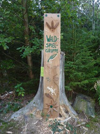 Holztafel der Waldspielgruppe
