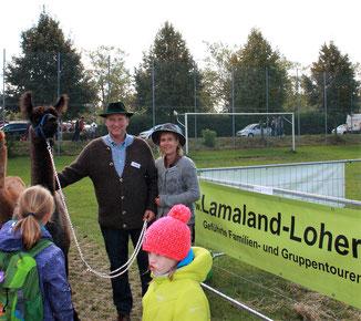 Hans und Isolde Loher erzählen Informatives über die Lamas