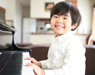 ピアノを練習している初老男性の写真