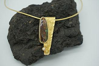 hochwertige Kette aus Gold mit einzigartigen Opal und Brillant