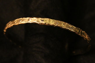 einzigaritger Armreif aus Gelbgold mit Platin