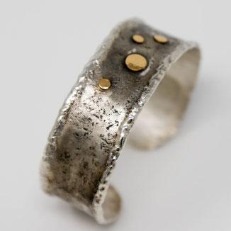 massiver Silberarmreif mit individueller Oberfläche und Belötung aus Gold