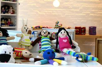 Bunte Puppen und Spielsachen von bosnanova