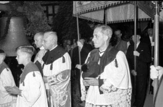 Eslohes Pfarrer Karl Stolte von 1948 bis 1962, Heinrich Heymer trägt als Mitglied des Kirchenvorstand den Baldachin (links)