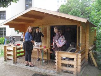Viele Besucher schauen sich die Imkerei an, kosten Honig...