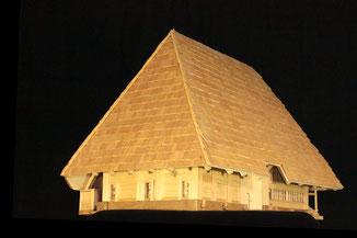 Beim diesem Modell (Haus von Madiswil) lässt sich das Dach abheben so, dass die spezielle Balkenkonstruktion sichtbar wird.