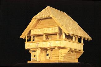Speicher des Oeschberggutes mit bemalter Fassade.