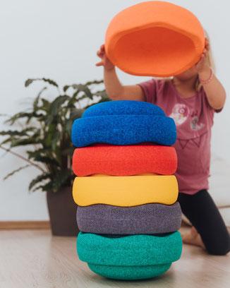 Kind balanciert stapelt Stapelsteine