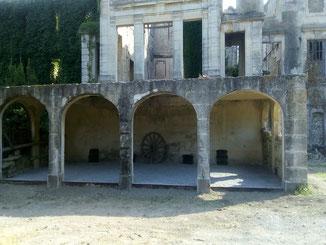 Accueil sous les arches du Château du Lac