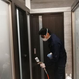 ドア部分の光触媒コーティング。ドアなど人の手によく触れる場所は念入りに光触媒コーティングを行います。-PicaService(ピカサービス)