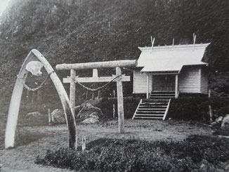 色丹島・色丹神社(手前は鯨の顎骨の鳥居)