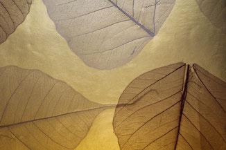 goldene Tapete aus echten Blättern